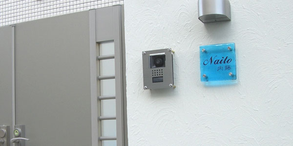 インターホンカバーとスカイブルーのガラス表札