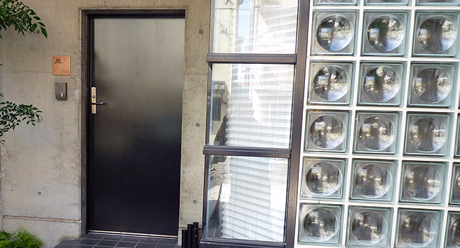 黒い玄関ドアと茶色のタイル表札TL-E1515